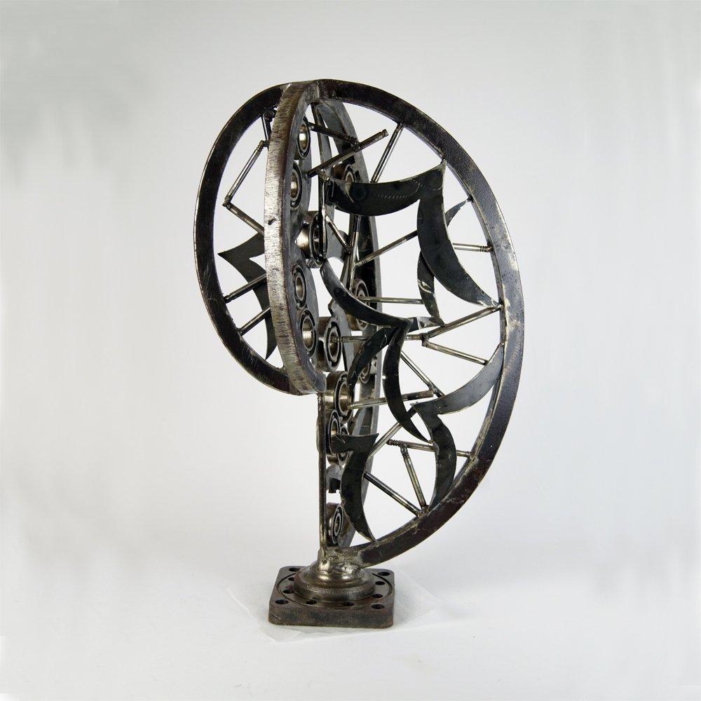 Μοντέρνο αφηρημένο γλυπτό από μέταλλο