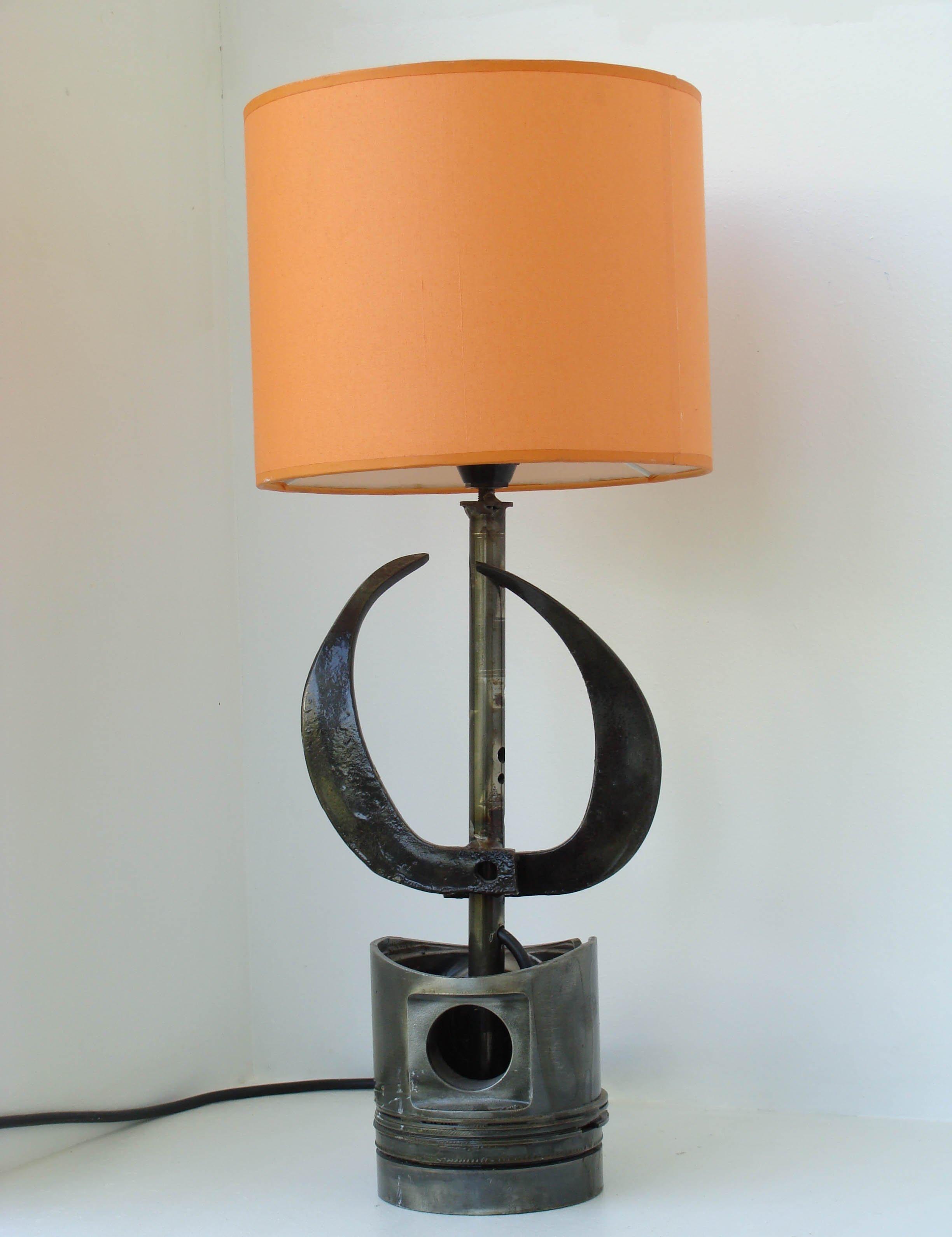 Φωτιστικό από μέταλλο με πορτοκαλί καπέλο